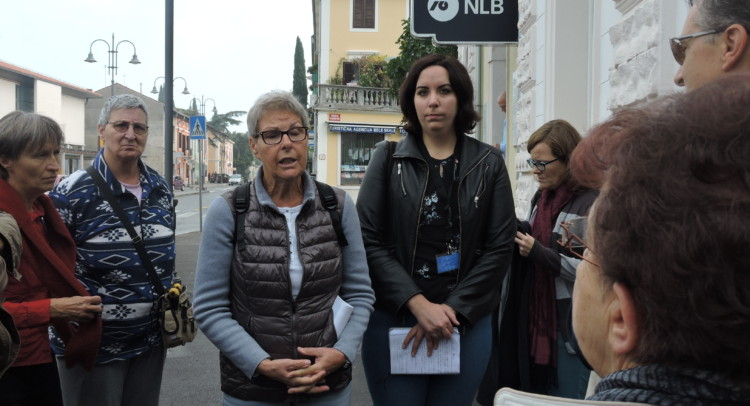 Il gruppo in sosta davanti a Casa Ravasini