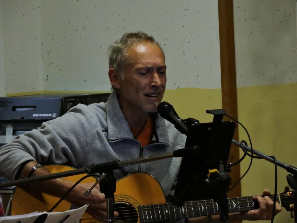 Enzo Hrovatin suona e canta