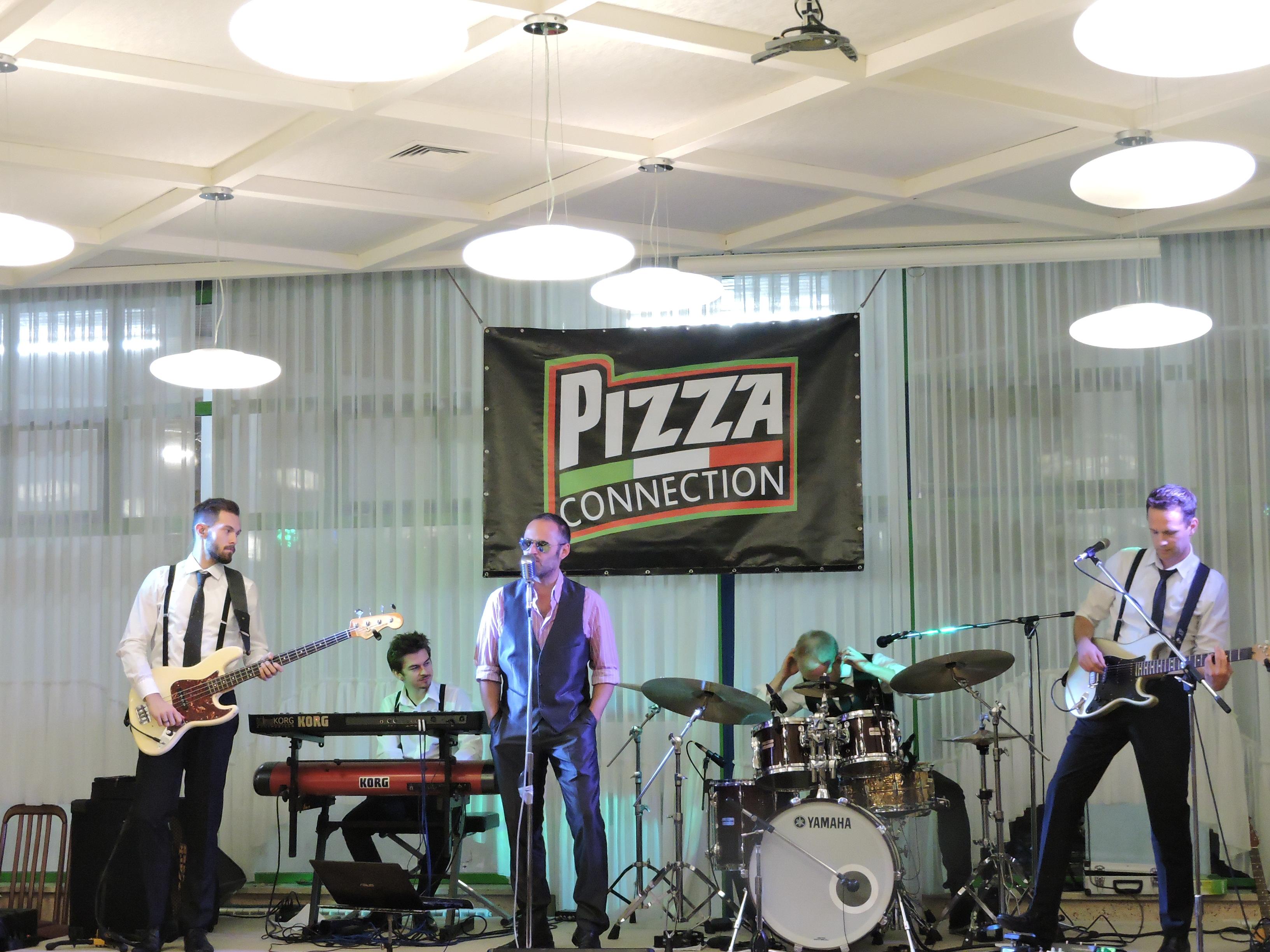 Il gruppo Pizza Connection suona e canta