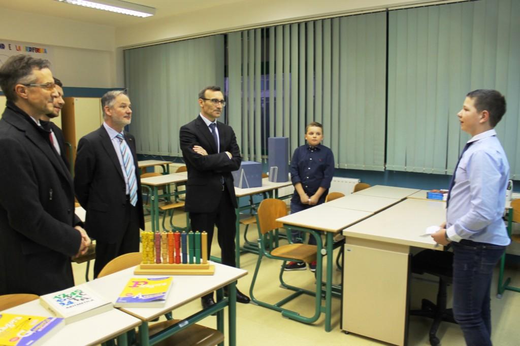 Gli alunni con lambasciatore Trichilo il presidente Tremul e il vicesindaco Žiža