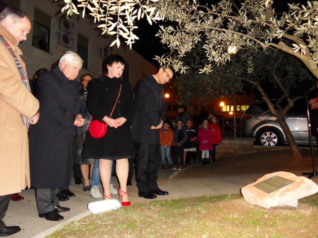 La preside Angelini illustra agli ospiti liscrizione sulla targa ricordo