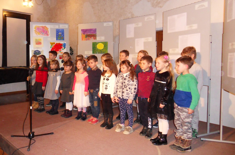 esibizione dei bambini della scuola elementare