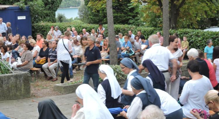 I fedeli nel giardino del santuario